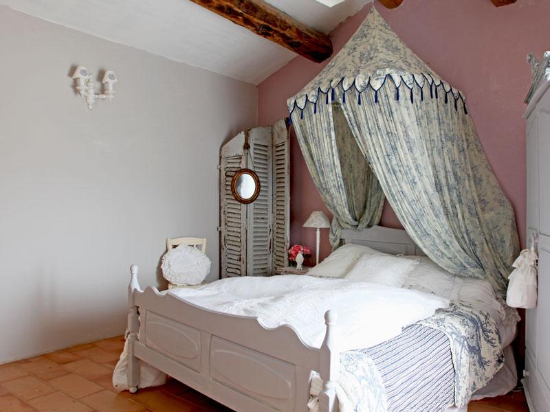 Nella stanza degli ospiti, rosa pallido e grigio polvere alle pareti ...